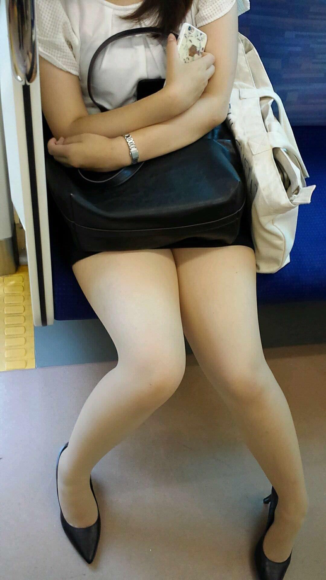 ミニスカート履いたお姉さんの綺麗な太もも!