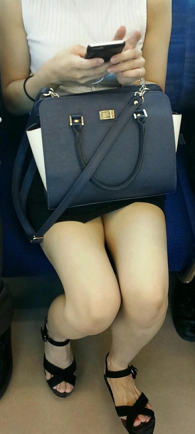 ミニスカから伸びるキレイな脚に見惚れる!