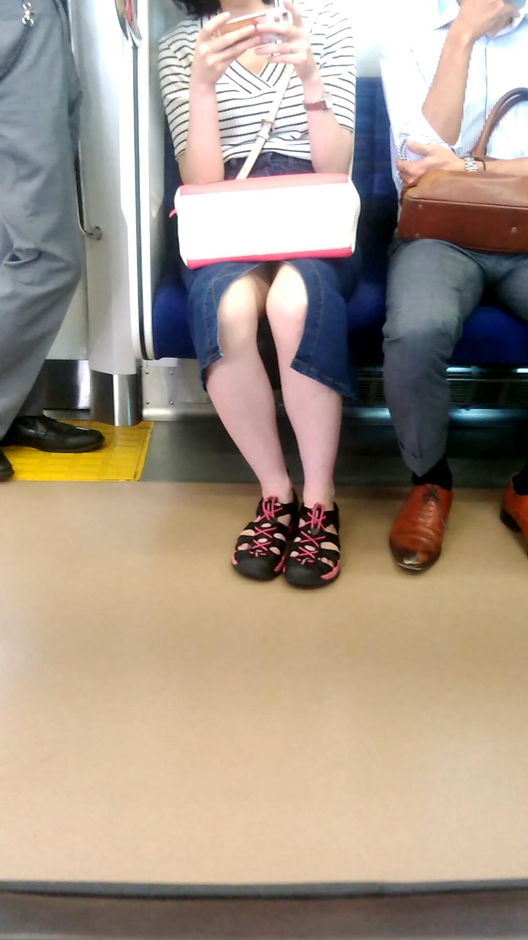 スカートのスリットから見える生足がエロい!