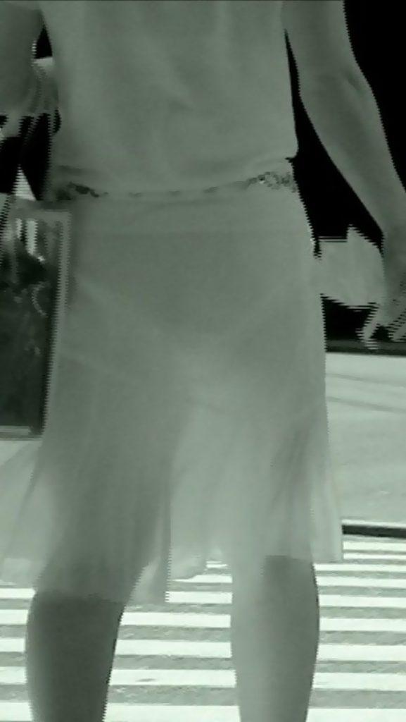 スリム体型の素人女性のパンツが透けまくり!