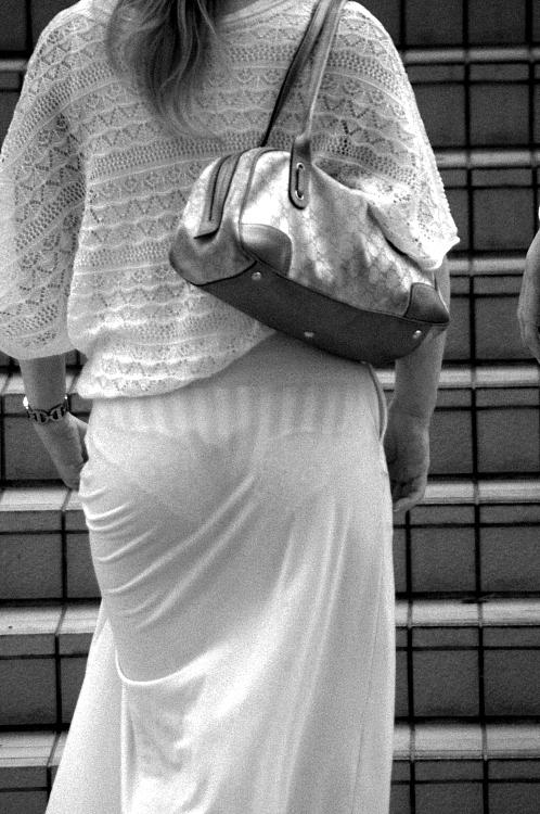 ムッチリ女性のパンツがスケスケで凝視する!