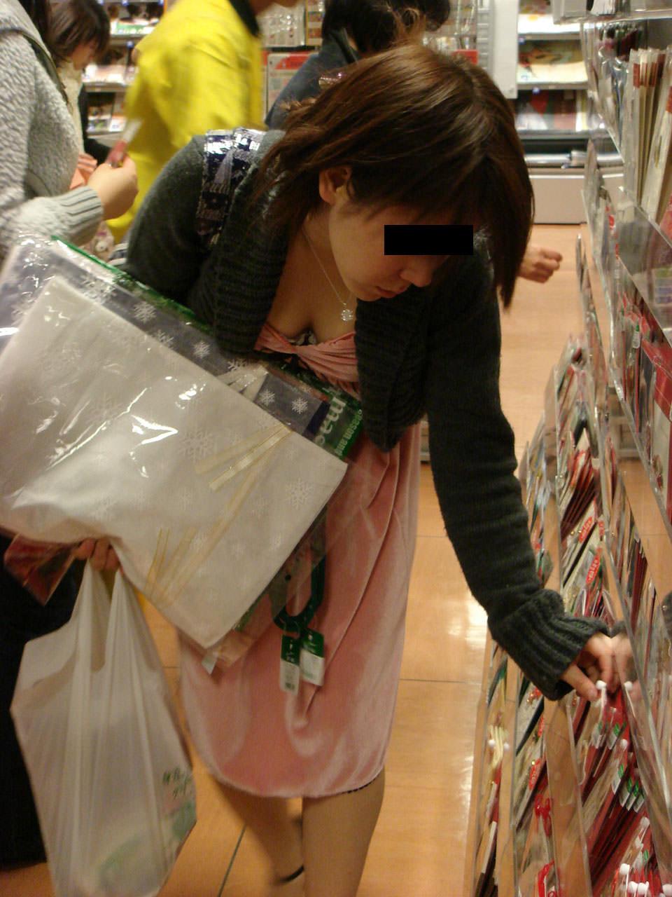 買い物に夢中の素人お姉さんの胸チラ!