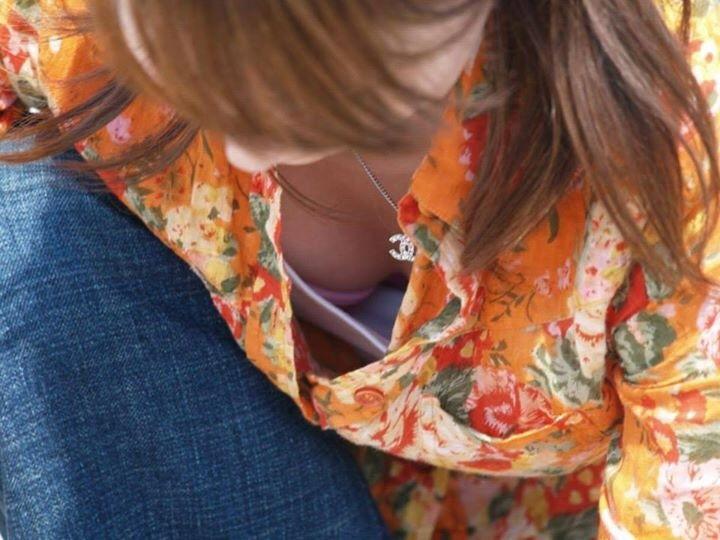 シャツから見える胸チラって最高にエロいよな!
