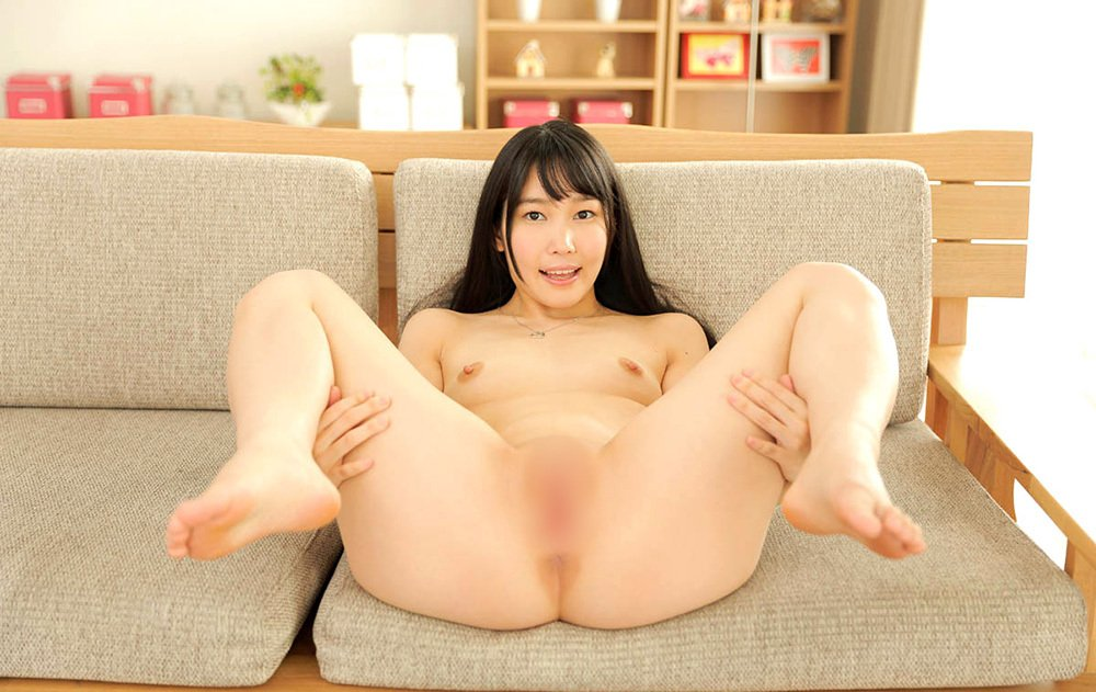 お姉さんが足を抱えて自らパイパンを見せて誘惑!