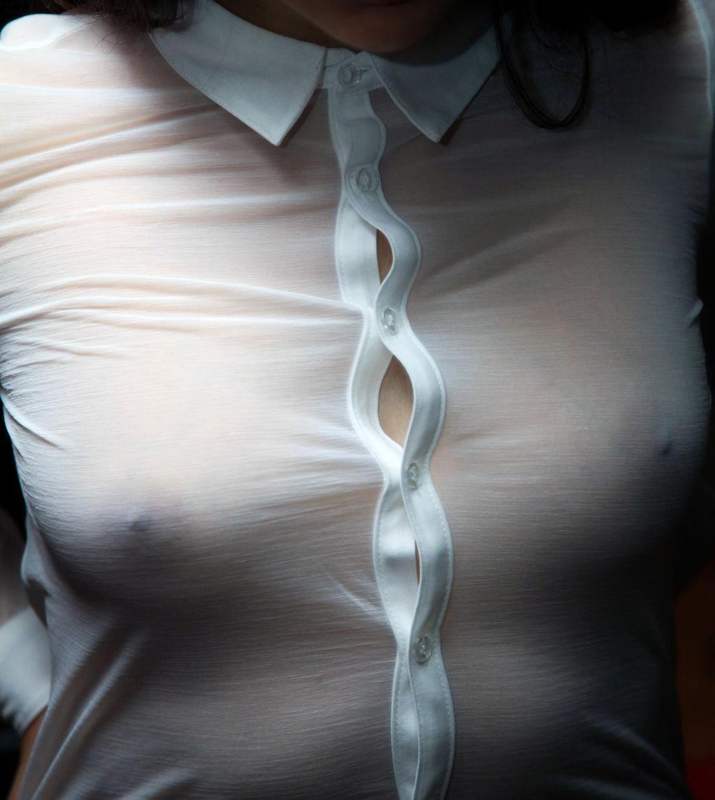 シャツから乳首がスケスケで興奮する!