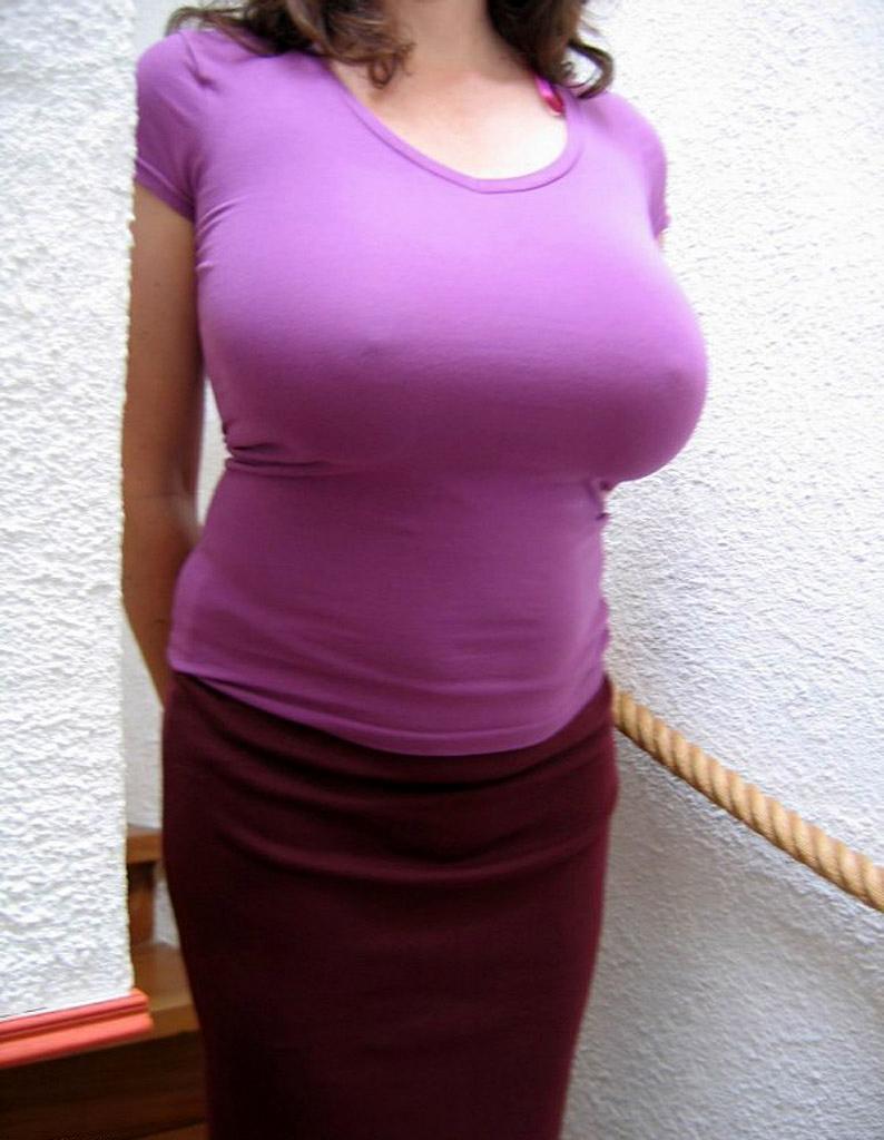 巨乳女性がノーブラで乳首が透けちゃってる!