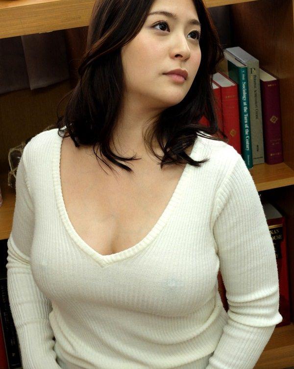 豊満な美女の乳首が透けまくり!