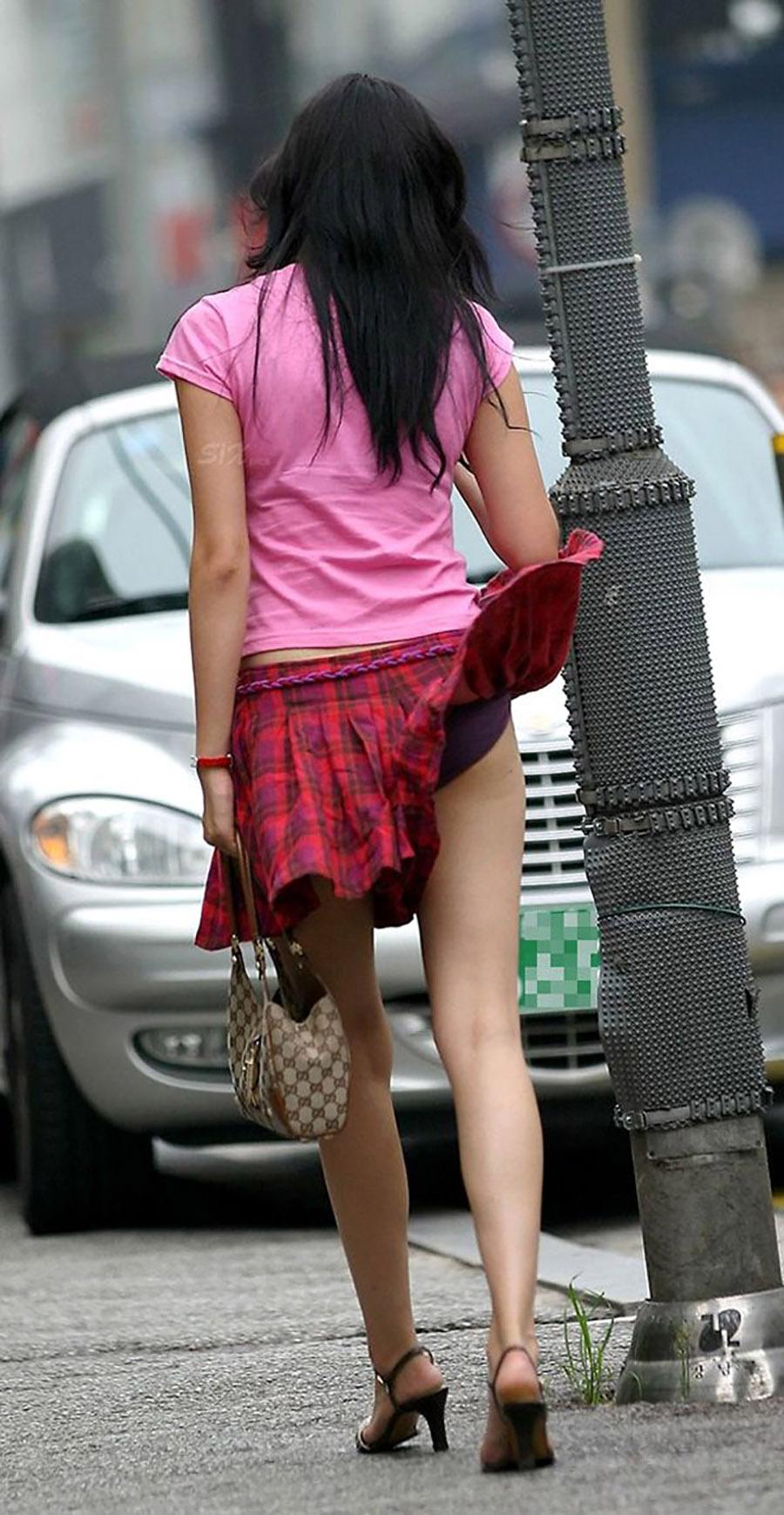 強風でスカートが捲れて紫色の下着が見える!