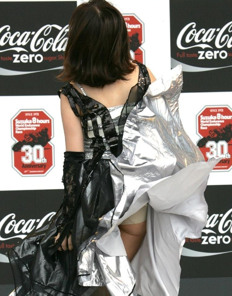 強風に襲われてスカートが捲れてパンチラ!