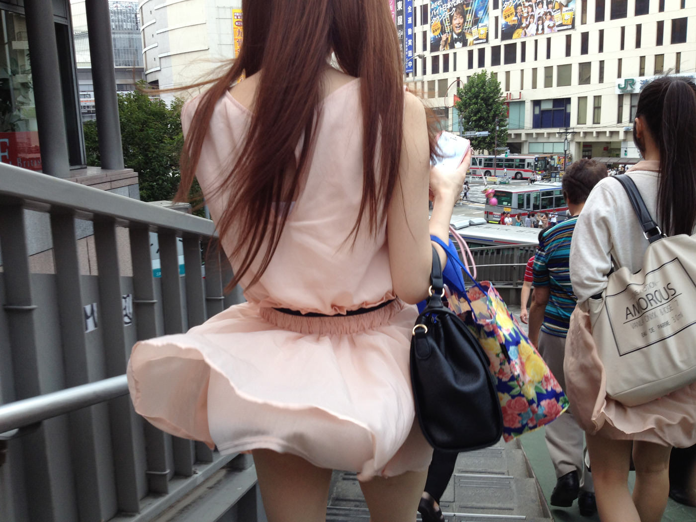 スカートが勢い良く舞い上がってパンチラ!