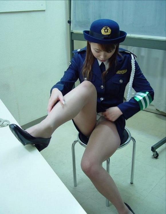 婦人警官が片足あげてパンツを見せる!