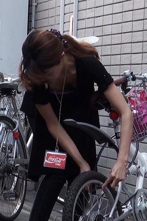 自転車の鍵を閉めてるお姉さんの胸チラ!