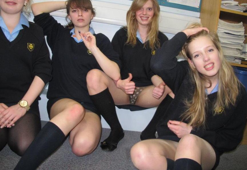セクシーな海外女子校生のパンツが丸見え!