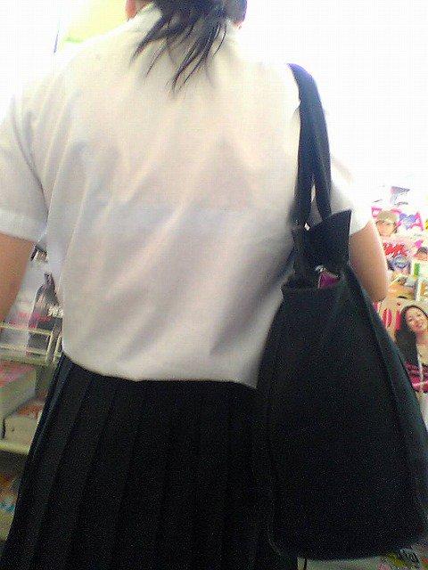 立ち読みしる制服JKの透けブラを盗撮!