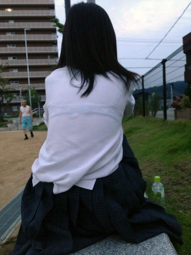 住宅街の公園に居た女子校生を盗撮する!