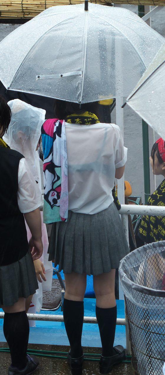 雨に濡れて制服が透けて下着が見えちゃう!