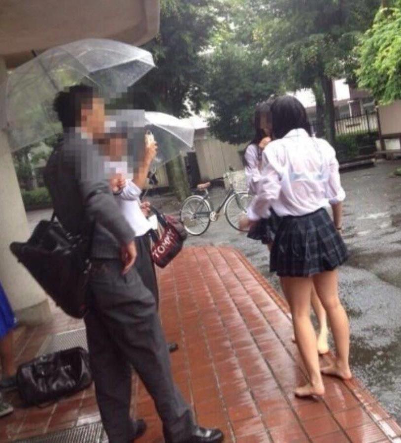 雨でワザと制服を濡らすJKの透けブラ!