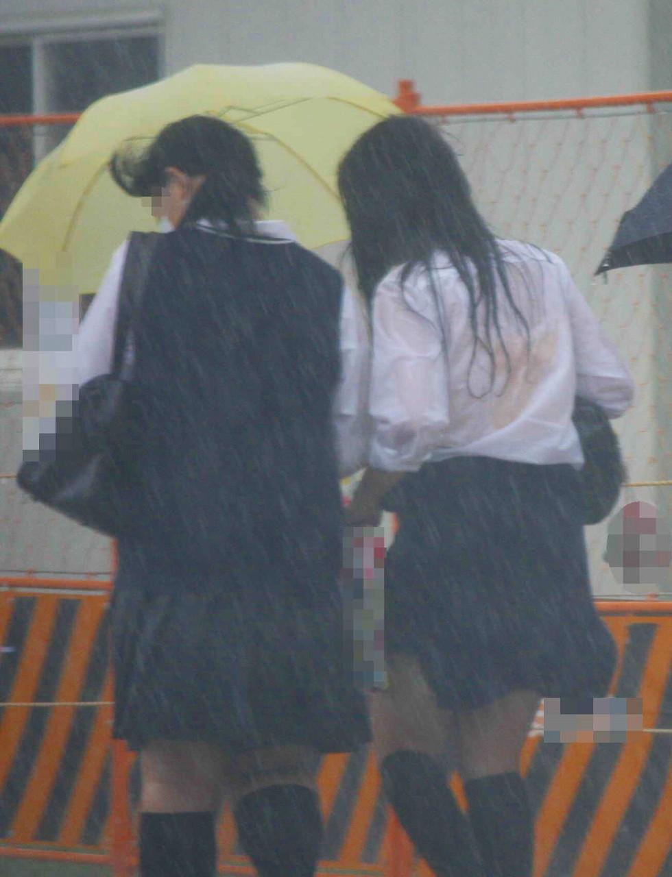 雨で制服が濡れてしまいブラがスケスケ!