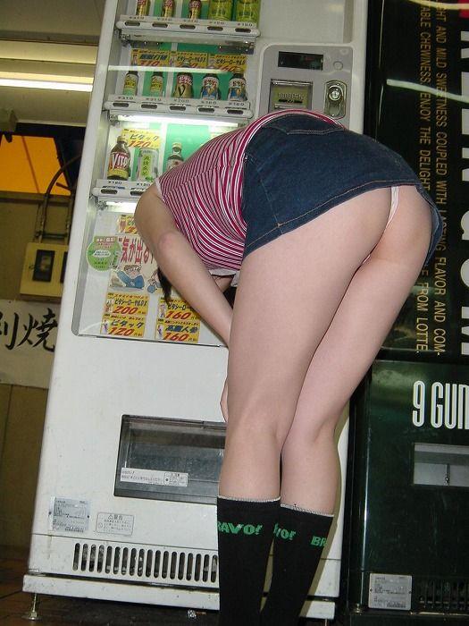 デニムミニスカ美女がTバックを履いている!
