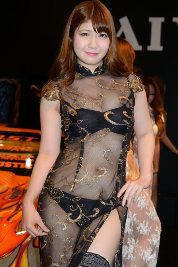 シースルー衣装のセクシーなキャンギャル!