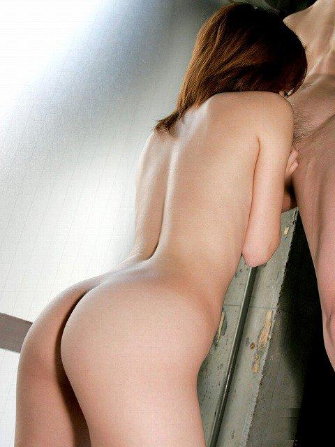 美尻の美女がチンコにしゃぶりついてる!