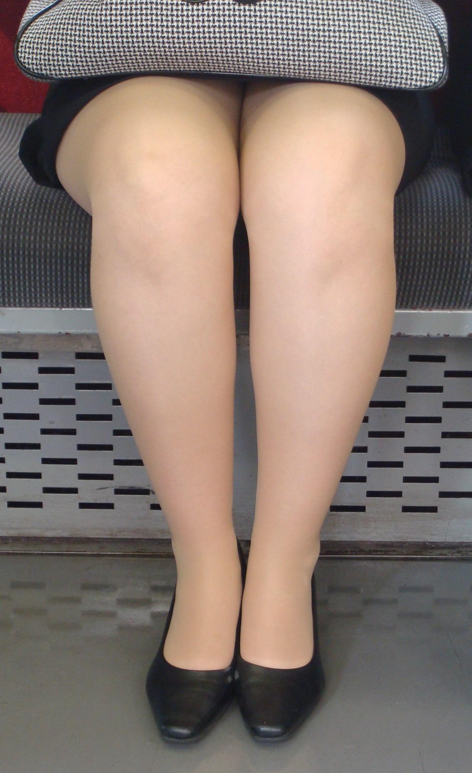 対面席に座るOLの美脚にムラムラしてしまう!