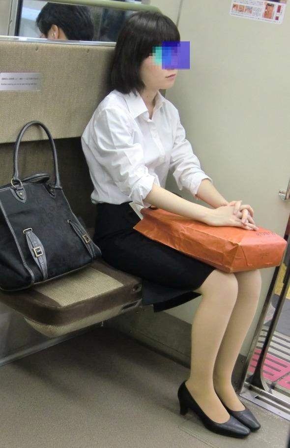 電車で発見した美脚OLさんを隠し撮り!