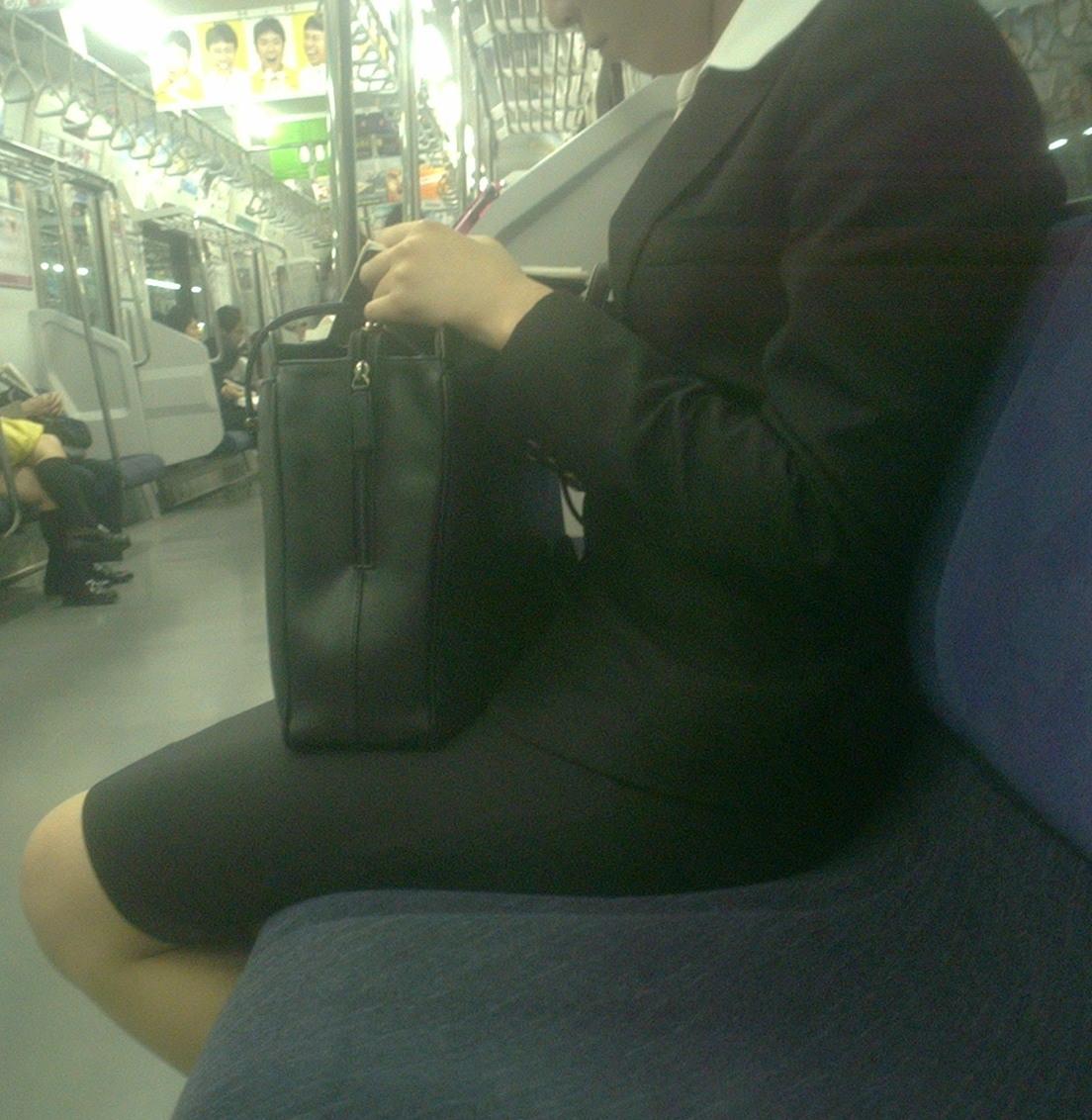 横に座ってるOLさんを小型カメラで盗撮!