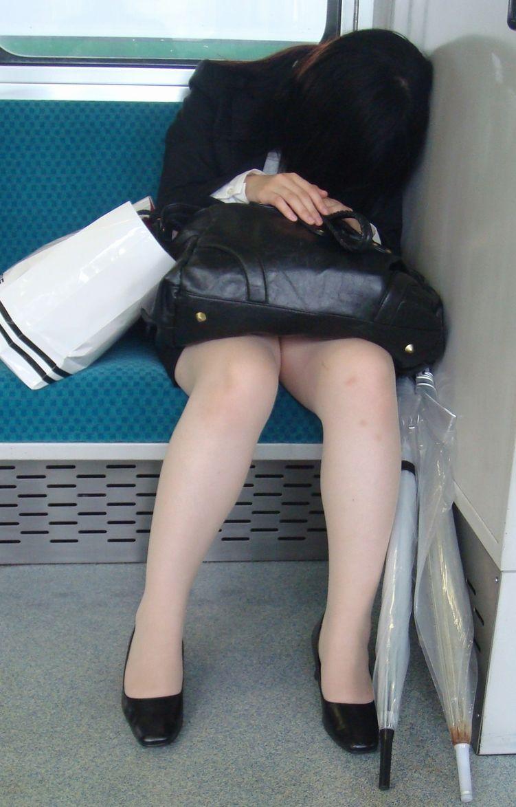 電車内で熟睡してるOLさんの美脚がセクシー!