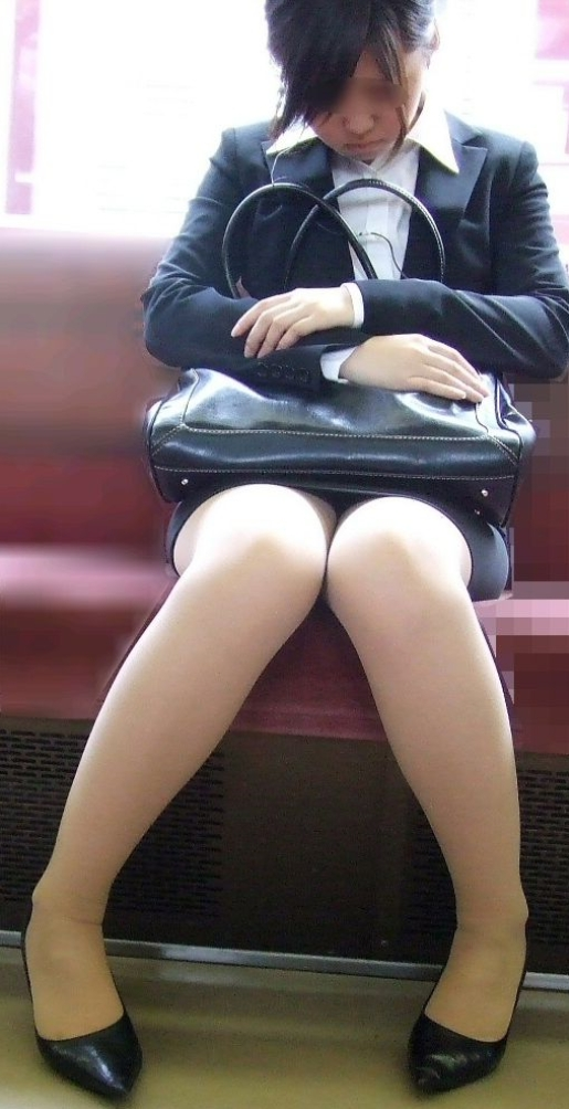 電車で居眠りするOLの美脚を見て不覚にも興奮!