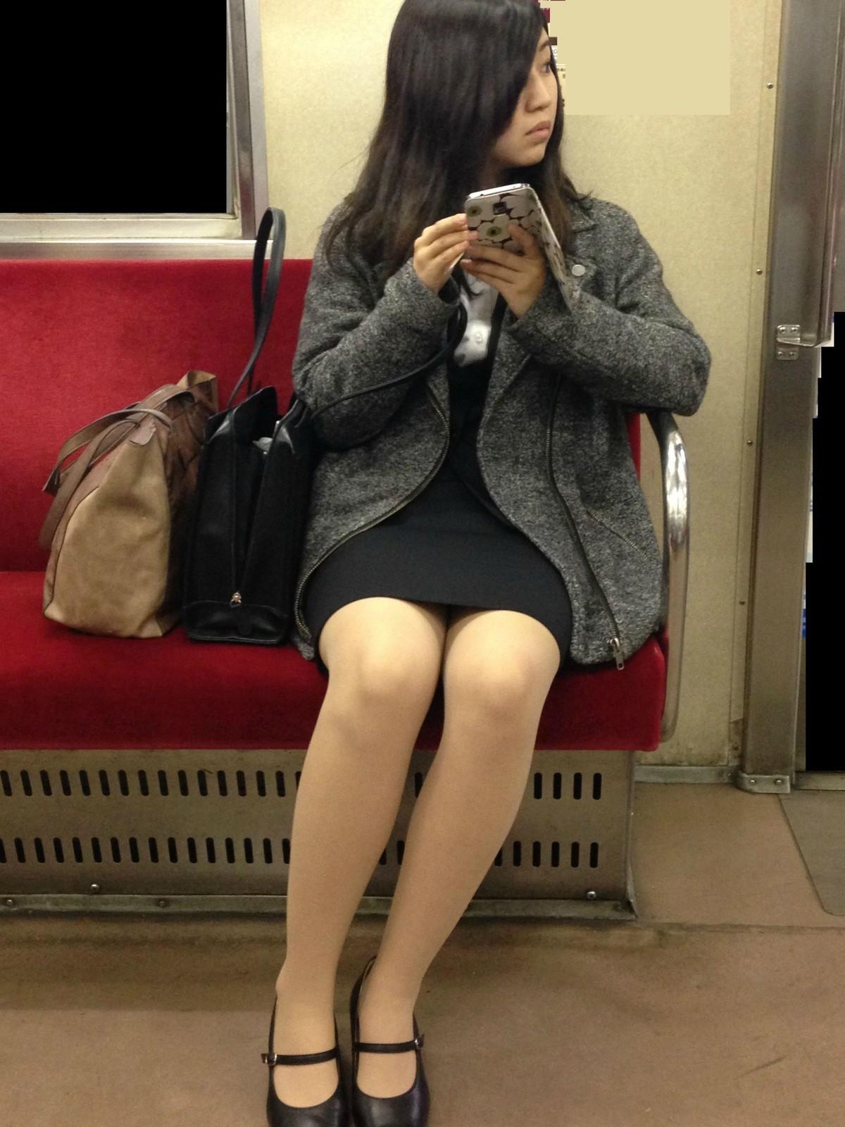 可愛いOLお姉さんの美脚のエロさが半端ない!