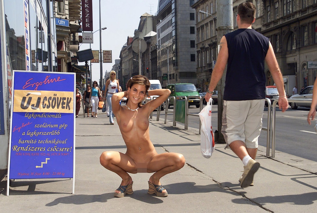 周りに人がいても素っ裸で野外露出してる外国人!