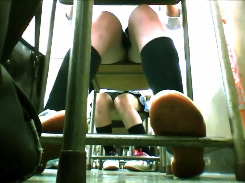 机の下にカメラを仕掛けてパンツを撮る!