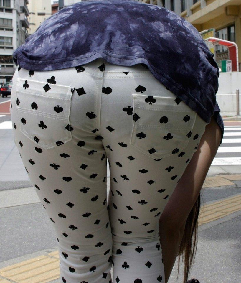 トランプ柄のズボンからパンツが透けてる!