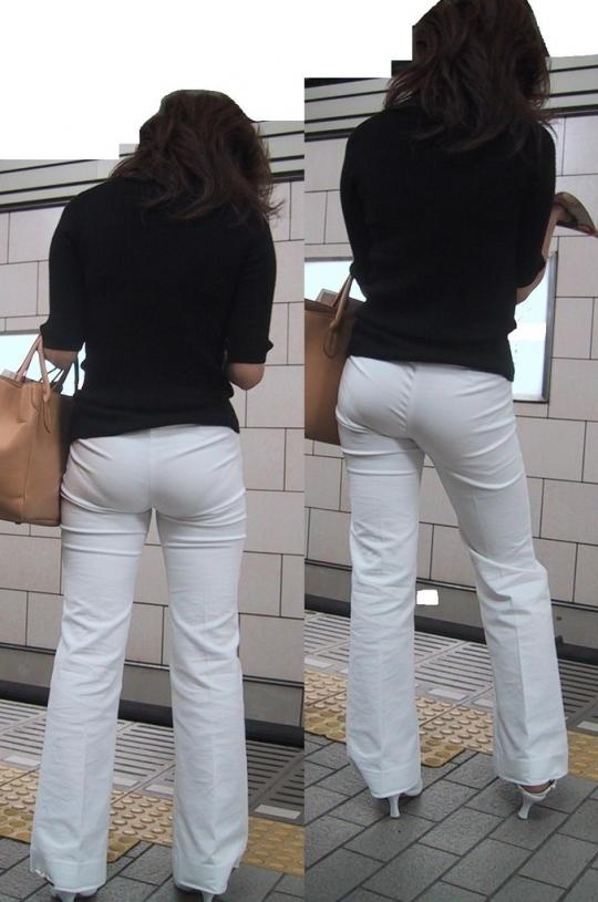 駅ホームで電車を待つ熟女の透けパン!