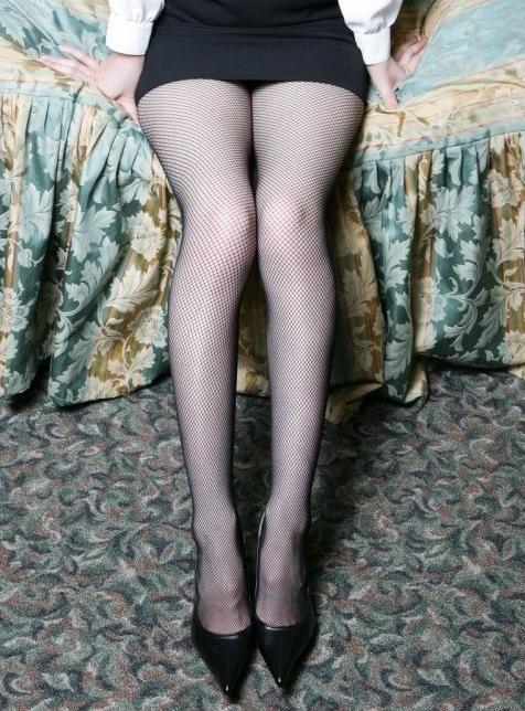スラリと伸びた網タイツ美脚が最高だな!