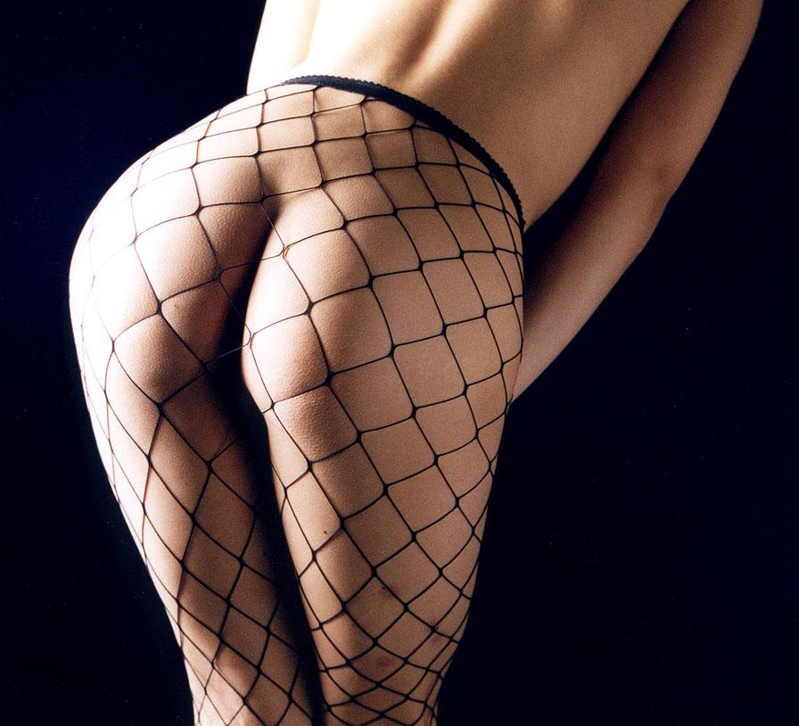 網目の大きい網タイツで美尻と美脚がエロすぎ!