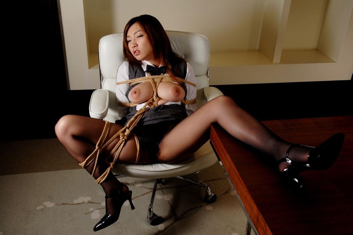 巨乳OLさんが椅子に座って緊縛されてる!