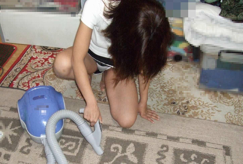 掃除しながらパンツが丸見えで釘付け!