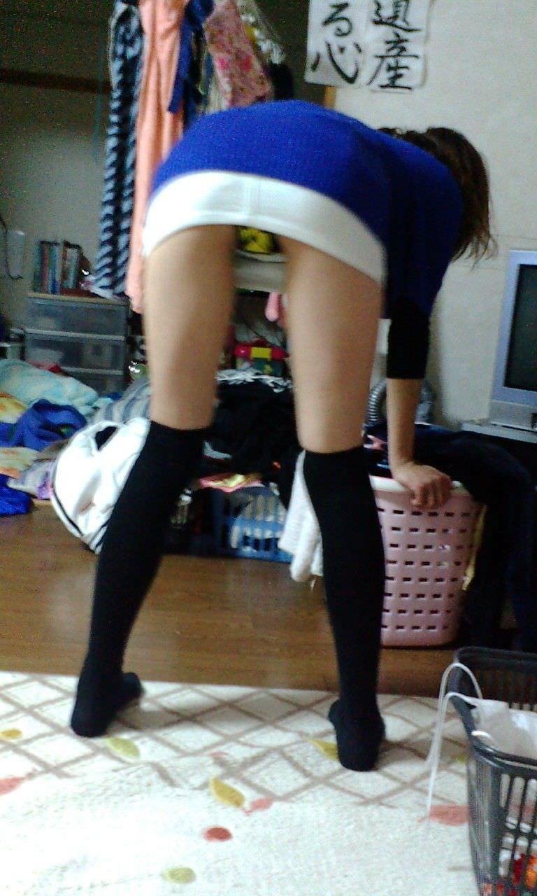 ミニスカート履いて普通にパンツが見えてる!