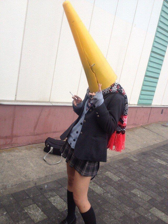 女子校生が頭にコーンを被って写真撮影!
