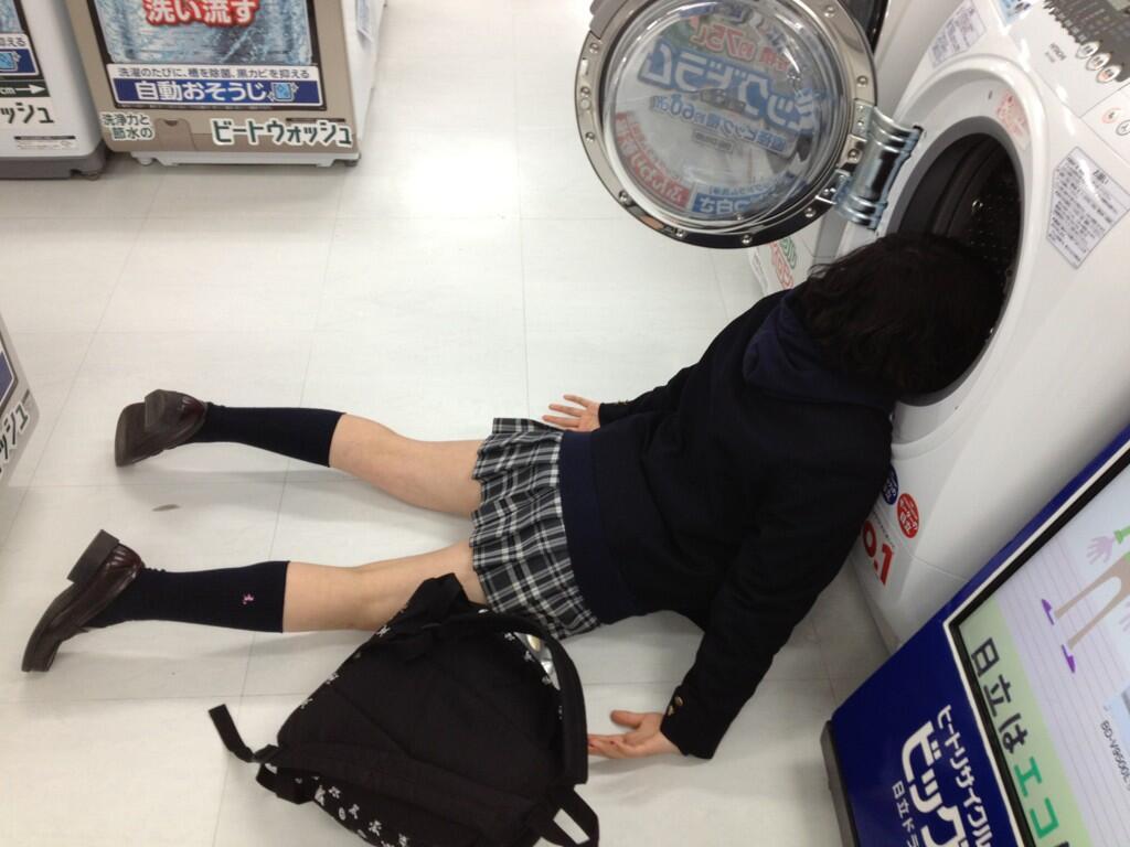 洗濯機の中に頭を突っ込んでる女子校生!