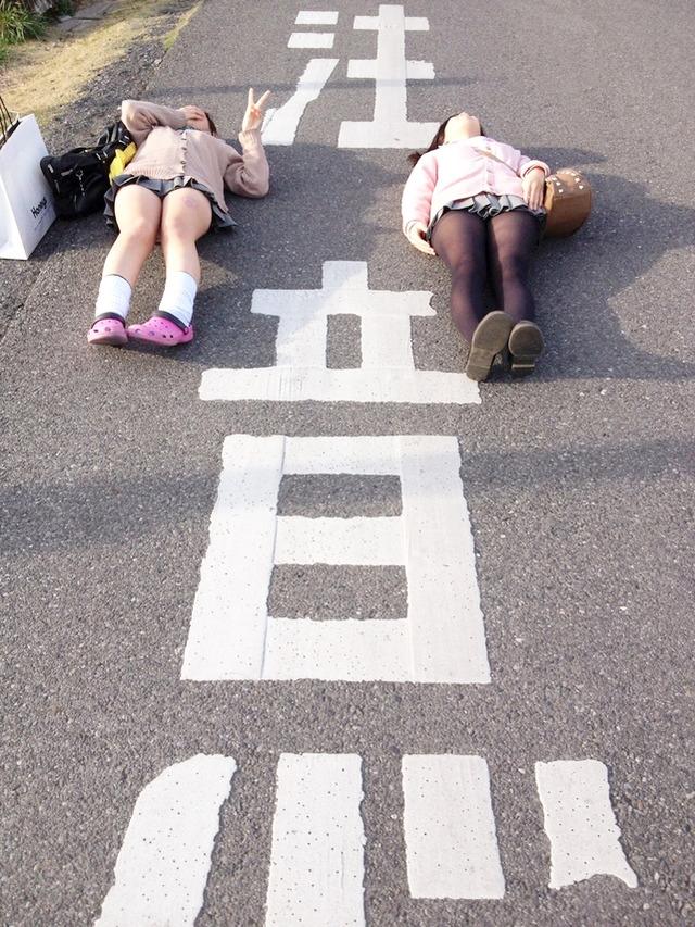 悪ノリJKたちが路上で寝転んでる!