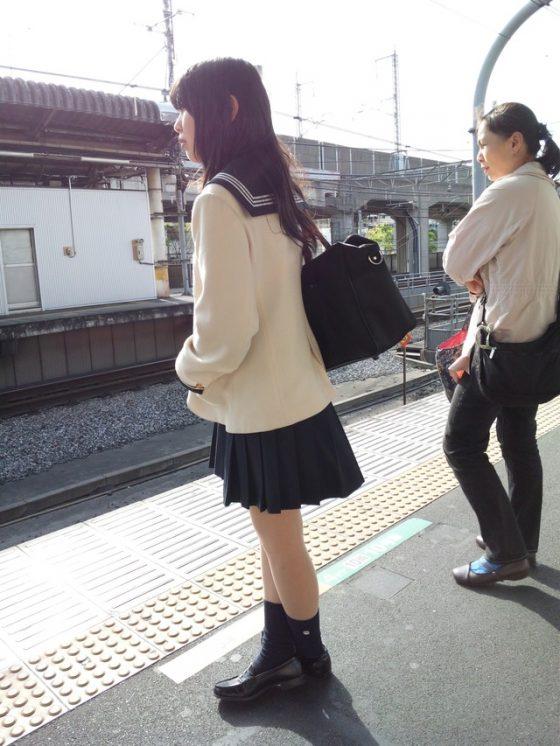 駅ホームで清楚なJKの綺麗な足を眺める!