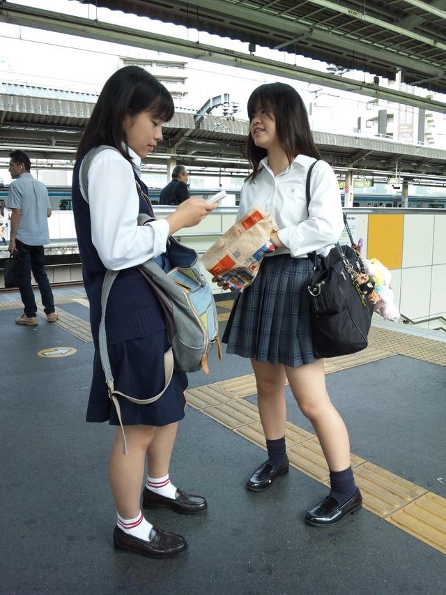 Jk盗撮エロ画像駅ホームで電車を待ってる女子校生の美脚を