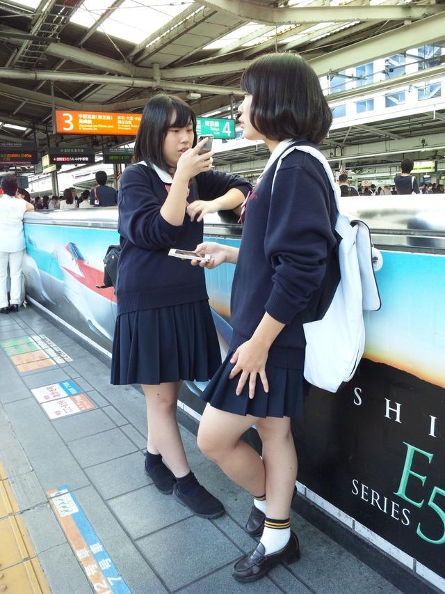 ムチッとした足の女子校生を盗撮してる!