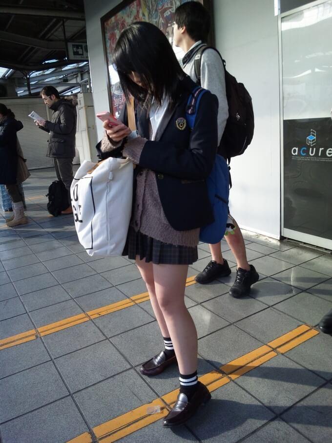 携帯に夢中な制服JKの生足を隠し撮り!
