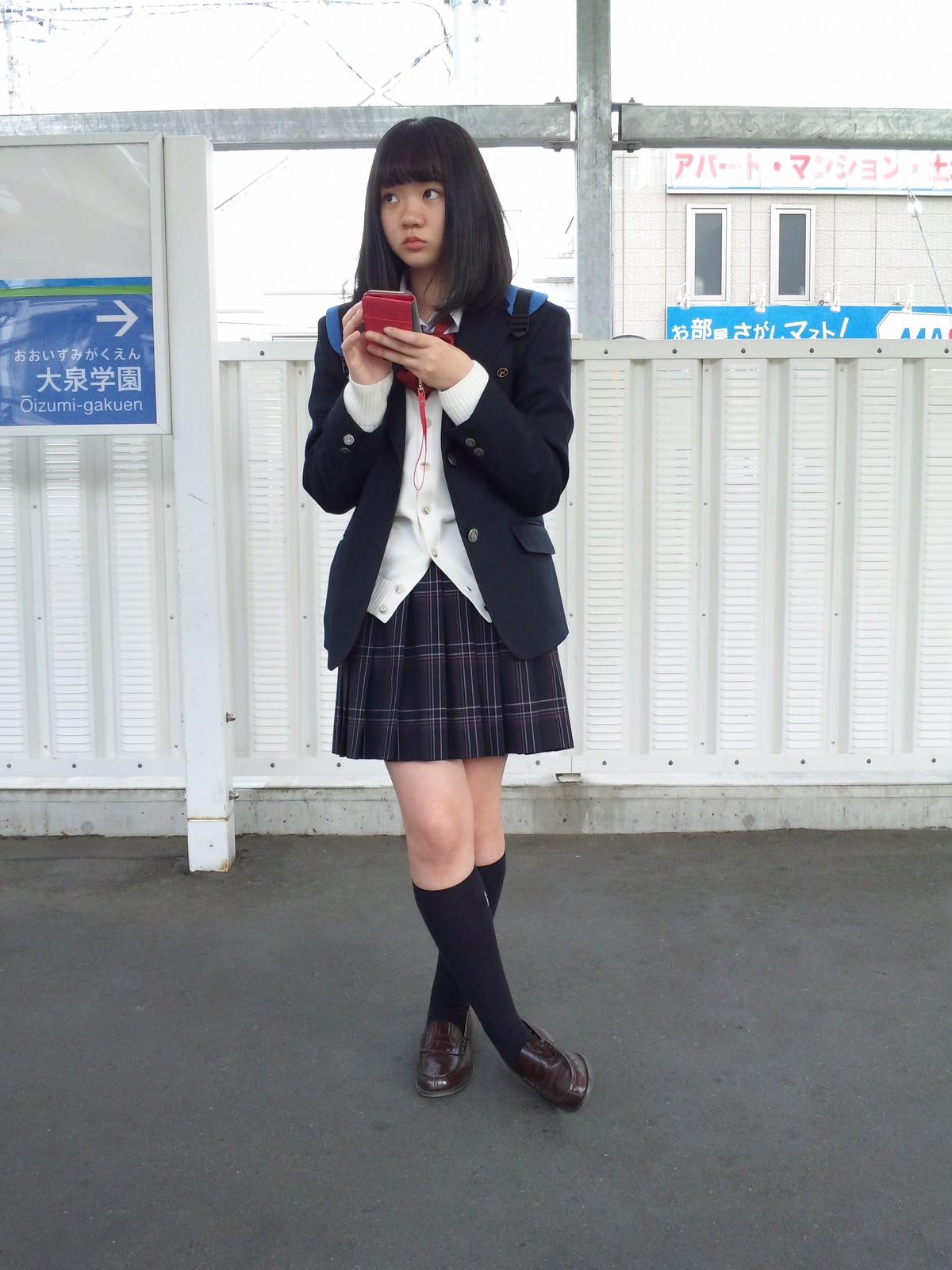 電車を待ってる激カワJKの美脚が素敵!