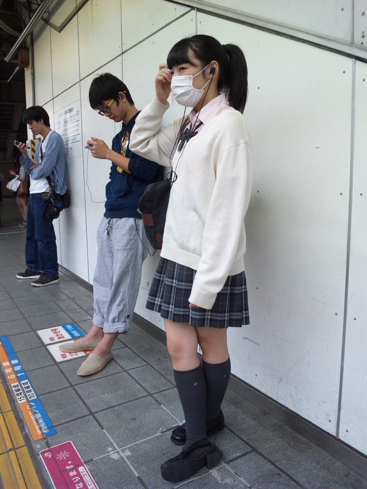 黒髪ツインテの清純女子校生の生足がエロい!