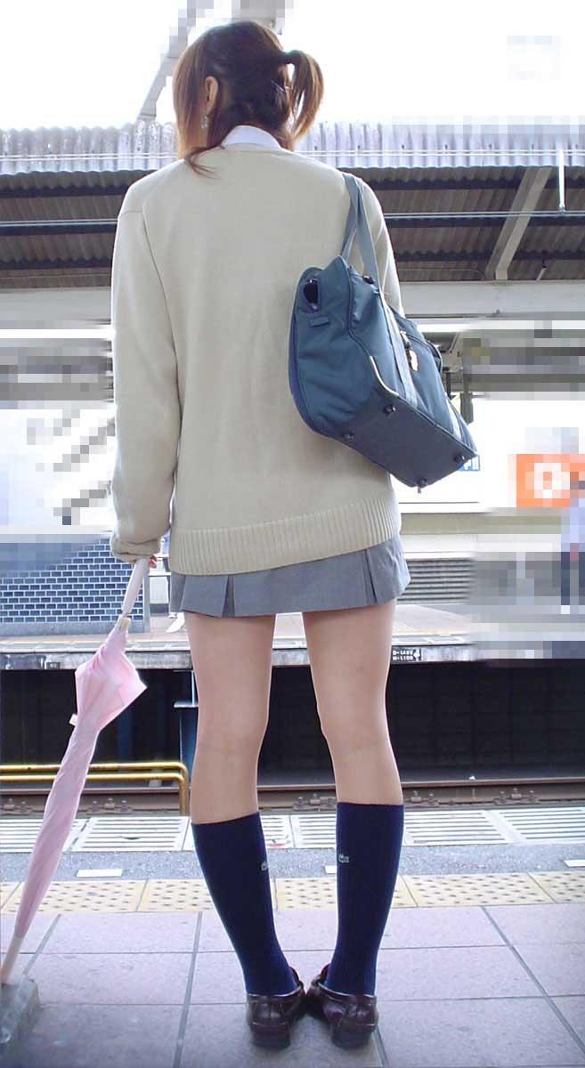駅で女子校生の背後から美脚を隠し撮り!